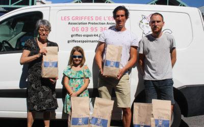 Don de70 kg de croquettes à l'association«Les Griffes deL'Espoir»